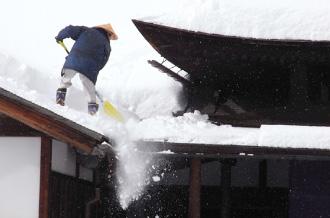 雪国のお住まいにおける雪下ろし作業