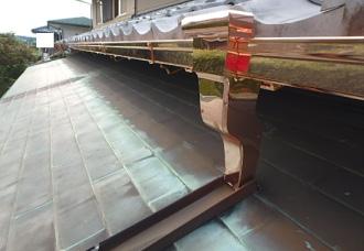 赤橙色の銅製雨樋