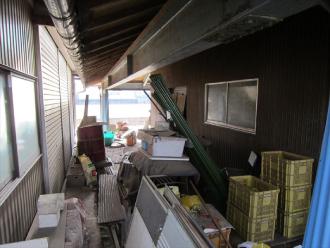 トタン外壁の二階建ての倉庫