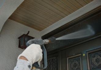 玄関ドア高圧洗浄の様子
