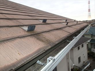 色褪せが進んでいるスレート屋根
