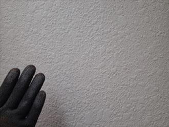 チョーキングが出ているモルタル外壁