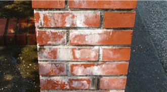 エフロレッセンスによって汚れたレンガの塀
