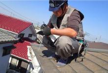 屋根の上をチェックしている様子