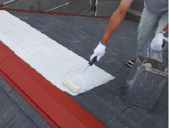 屋根塗装をする職人
