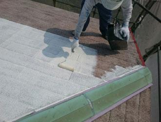 屋根塗装の下塗りの様子